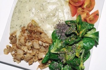 Polníčkový Chia salát, smažená cibule a bramborová kaše